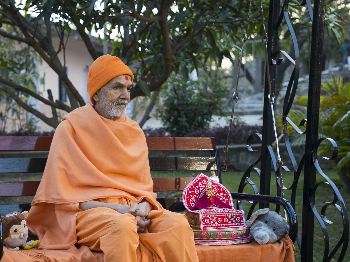 Param Pujya Mahant Swami Maharaj during the students' assembly in the evening, 8 Mar 2017