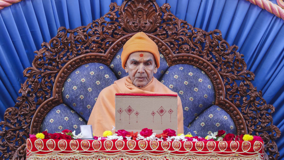 Param Pujya Mahant Swami Maharaj performs his morning puja, 12 Mar 2017