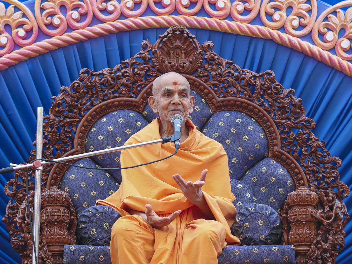 Param Pujya Mahant Swami Maharaj blesses the assembly, 12 Mar 2017