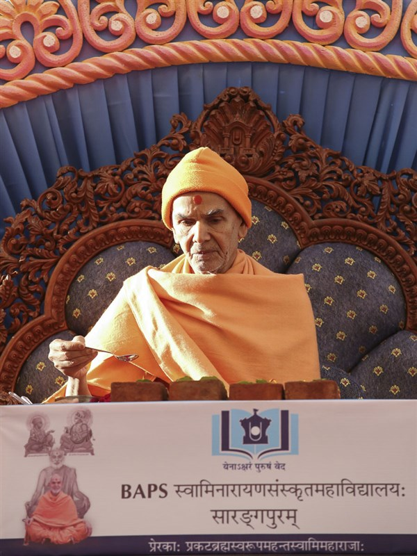 Param Pujya Mahant Swami Maharaj performs pujan of bricks for BAPS Swaminarayan Sanskrit Mahavidyalaya, 14 Mar 2017