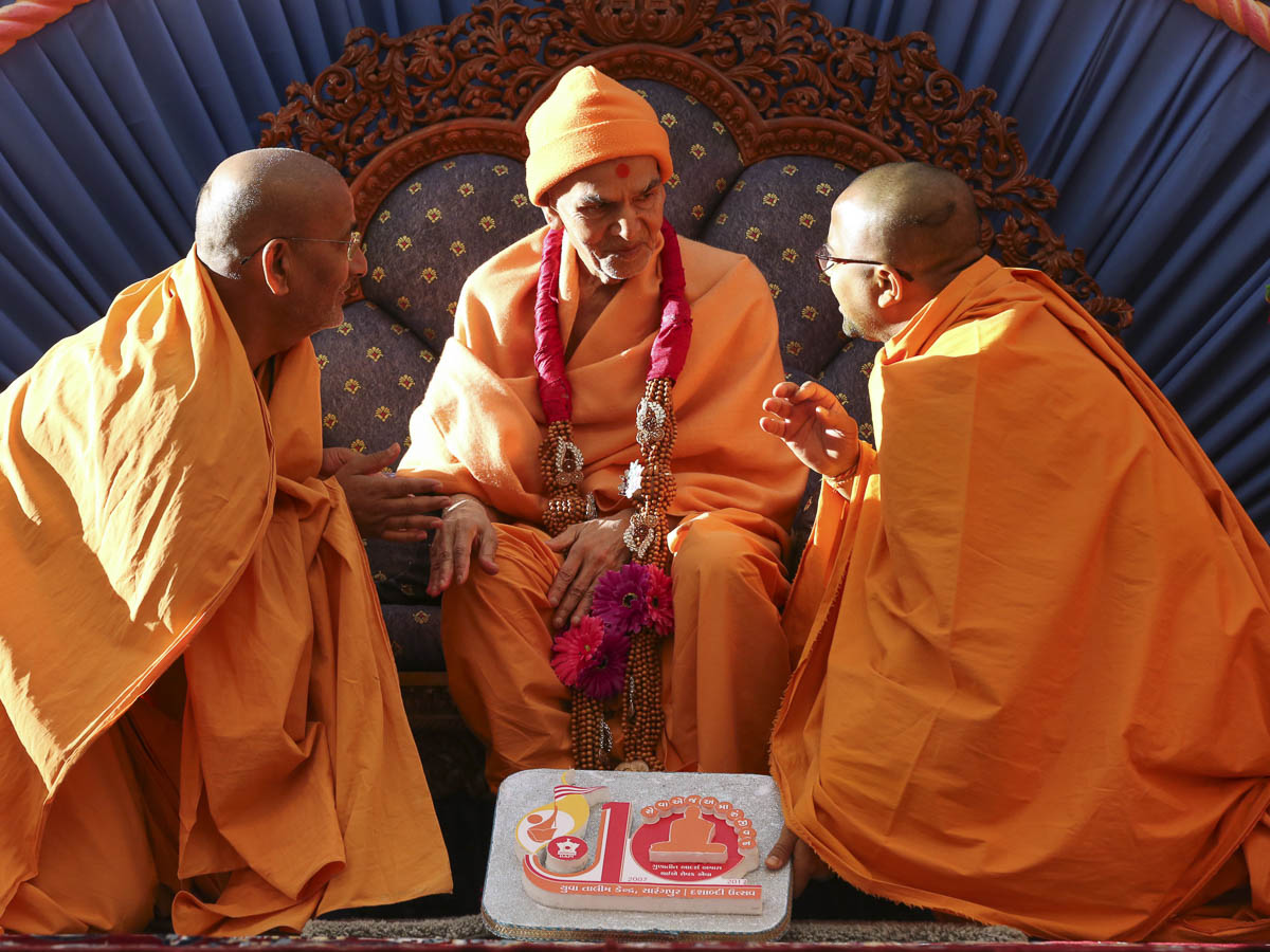 Sadhus honor Param Pujya Mahant Swami Maharaj with a garland, 14 Mar 2017