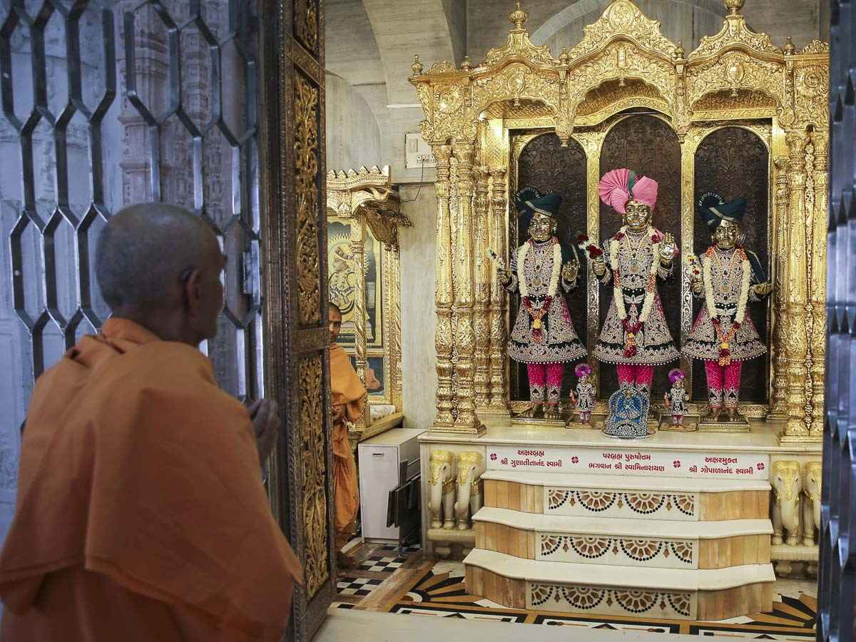Param Pujya Mahant Swami Maharaj engrossed in darshan of Thakorji before departing from Sarangpur, 14 Mar 2017