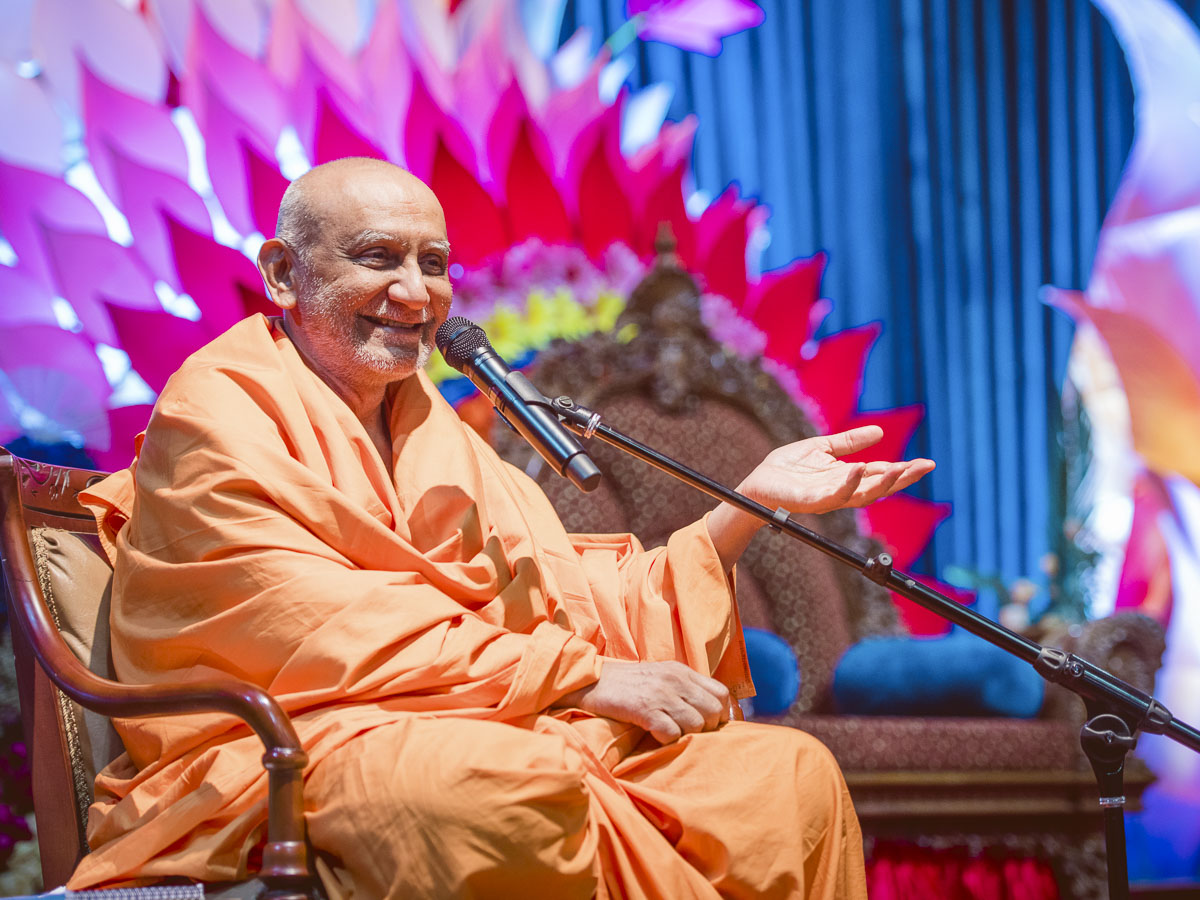 Atmaswarup Swami addresses the evening satsang assembly, 18 Mar 2017