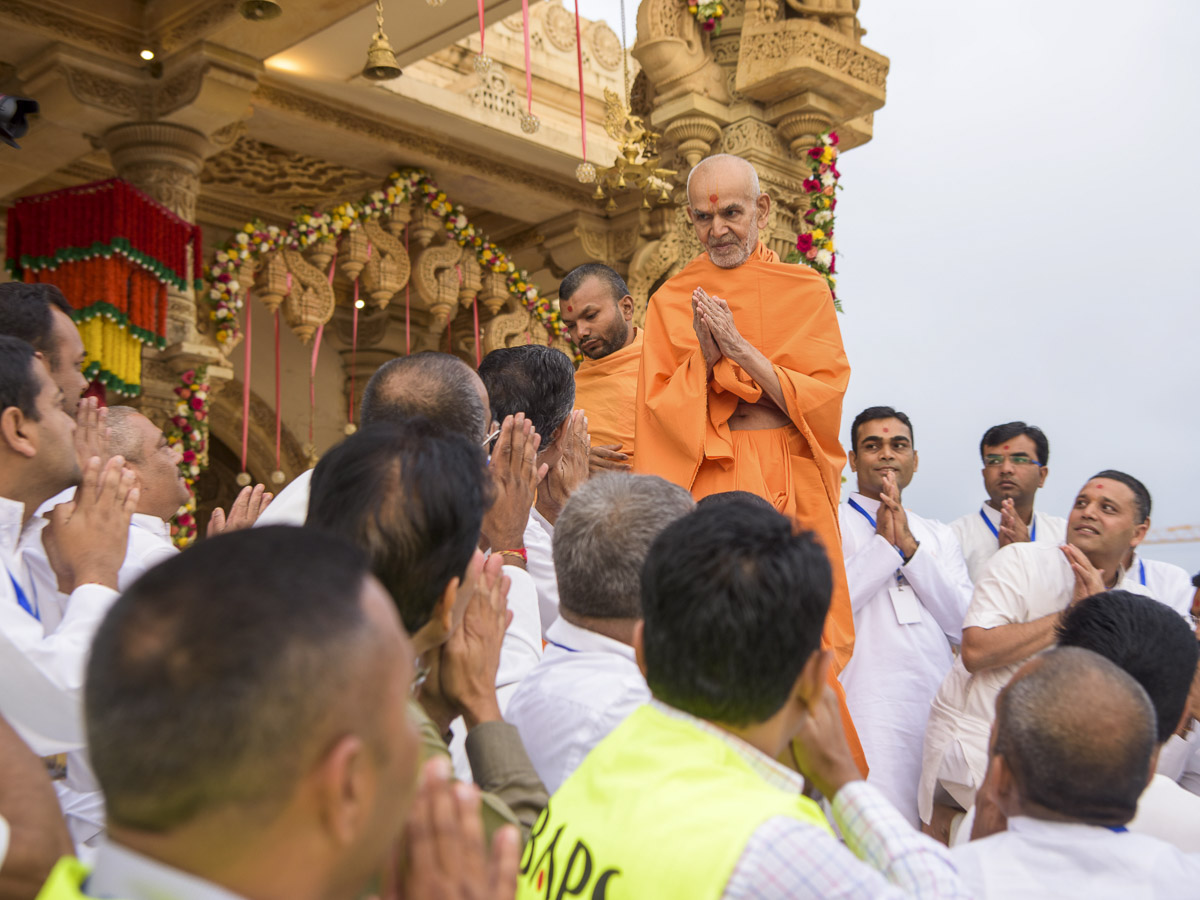 Devotees doing darshan of Param Pujya Mahant Swami Maharaj, 20 Mar 2017