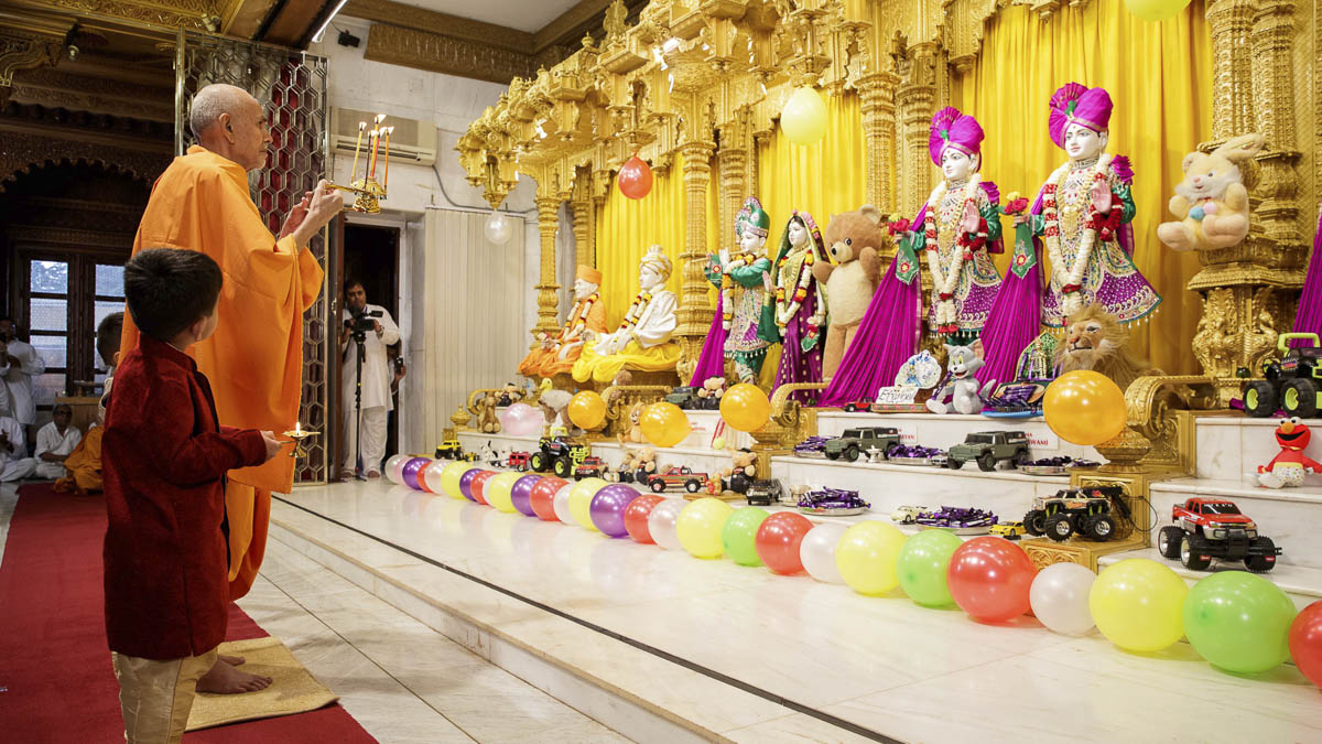 Param Pujya Mahant Swami Maharaj and children perform shangar arti, 20 Mar 2017