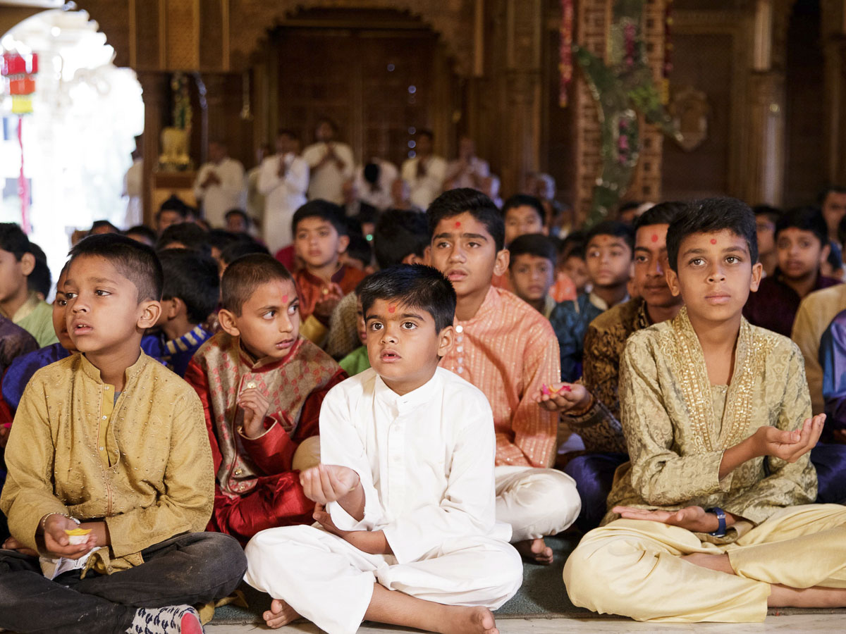 Children doing darshan of Param Pujya Mahant Swami Maharaj, 20 Mar 2017