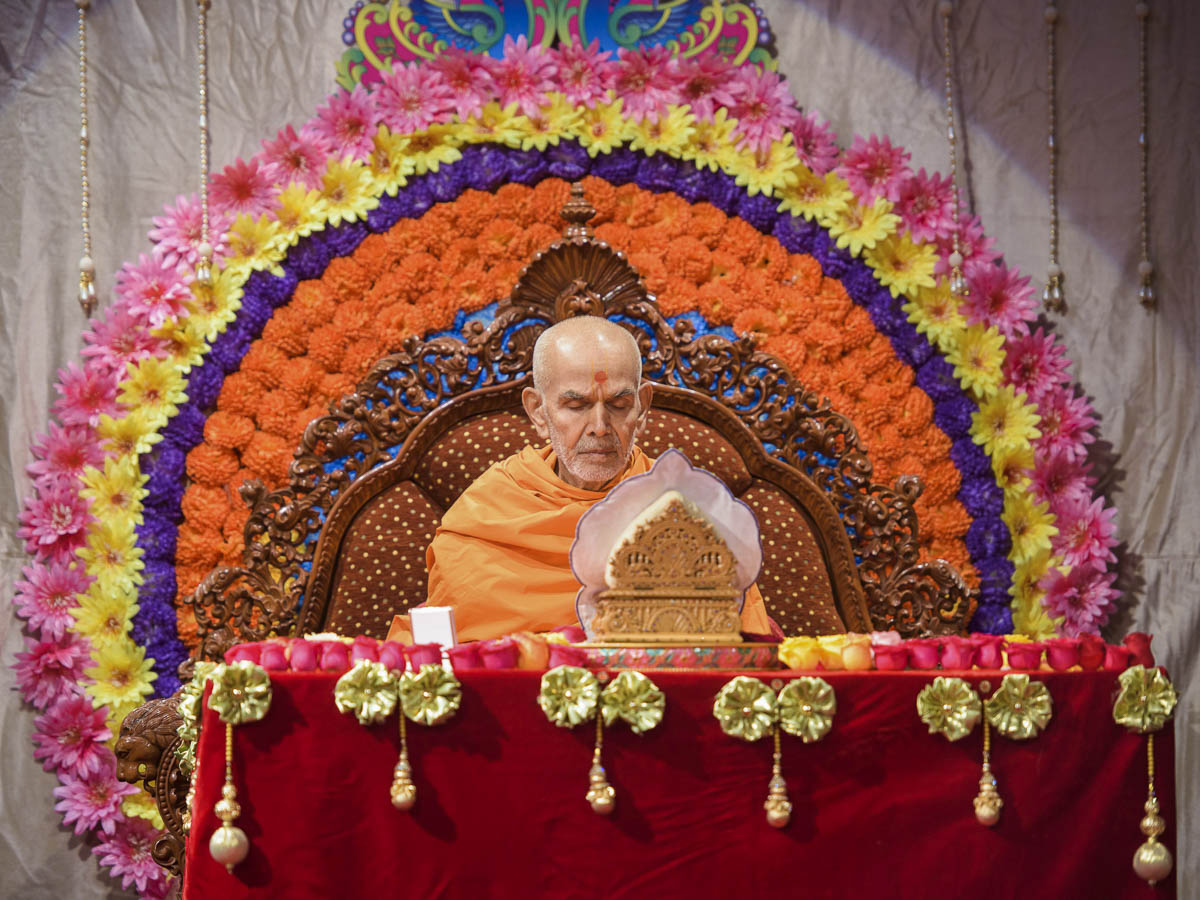 Param Pujya Mahant Swami Maharaj performs his morning puja, 20 Mar 2017