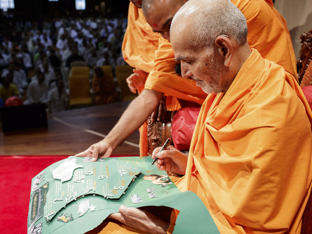 Param Pujya Mahant Swami Maharaj sanctifies card, 20 Mar 2017