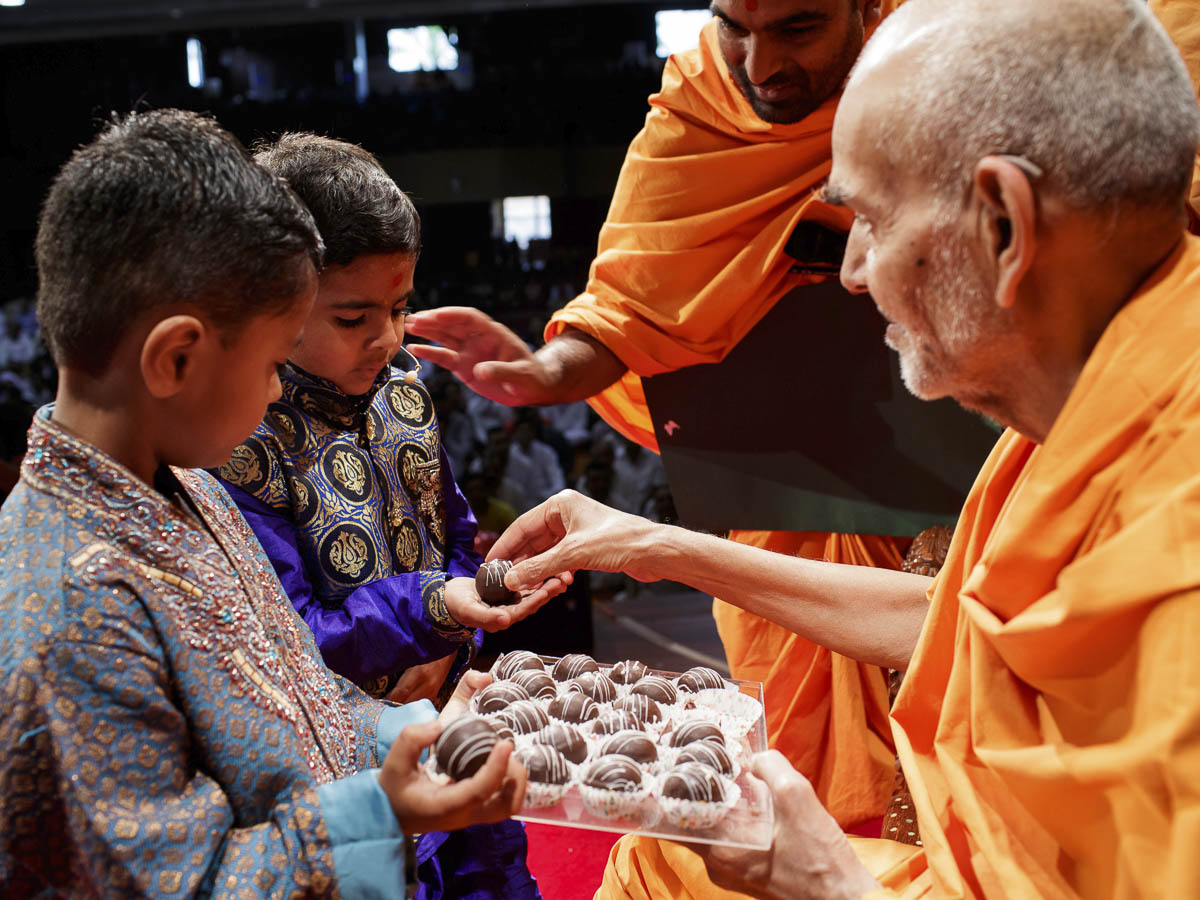 Param Pujya Mahant Swami Maharaj give prasad to children, 20 Mar 2017