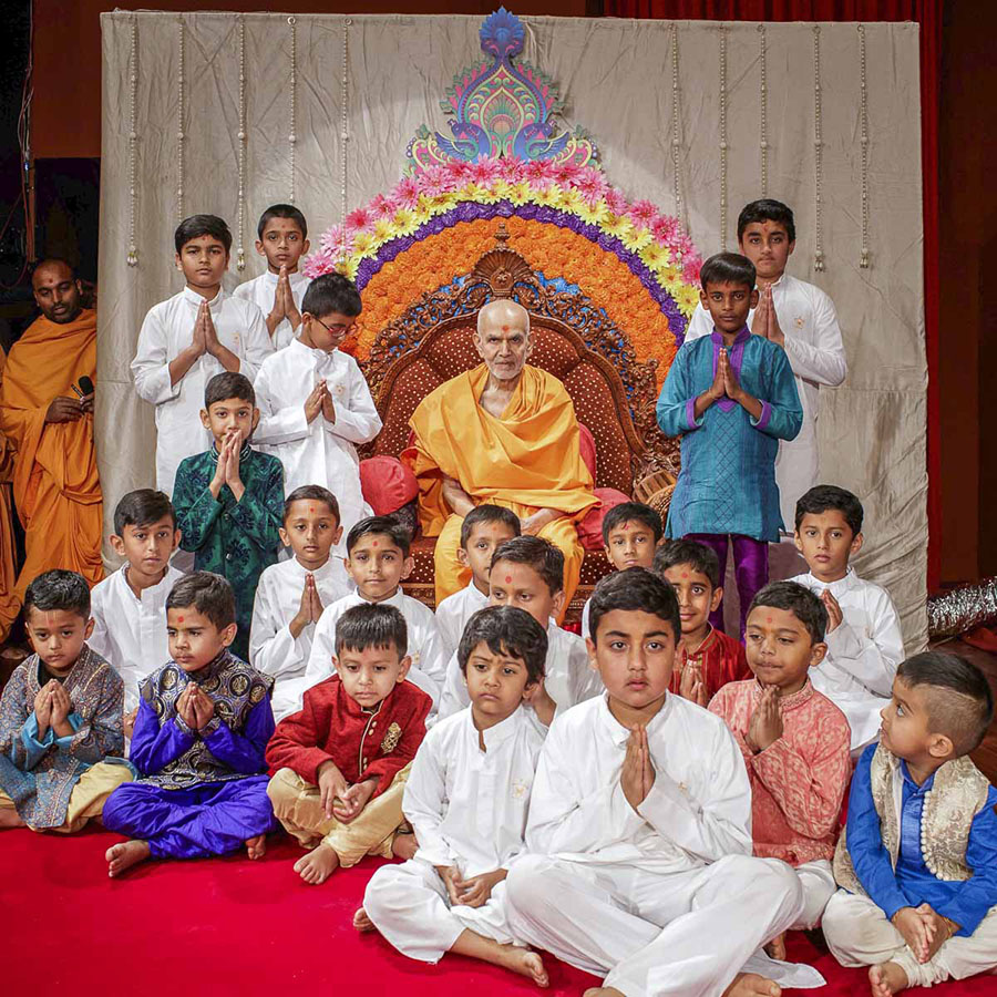 Children with Param Pujya Mahant Swami Maharaj, 20 Mar 2017