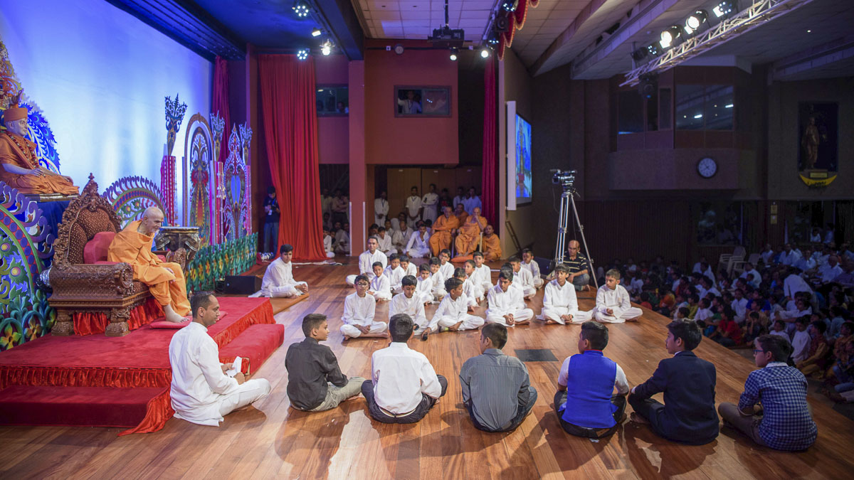 Param Pujya Mahant Swami Maharaj interacts with children, 20 Mar 2017