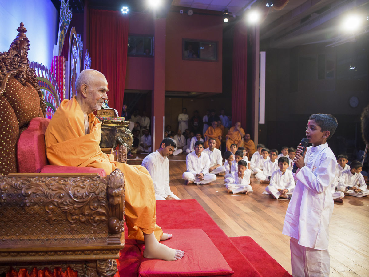 A child prays before Param Pujya Mahant Swami Maharaj, 20 Mar 2017