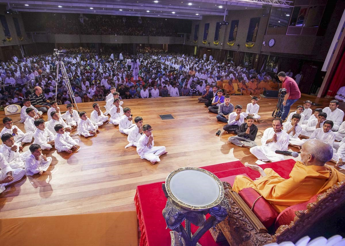 Param Pujya Mahant Swami Maharaj blesses the evening satsang assembly, 20 Mar 2017