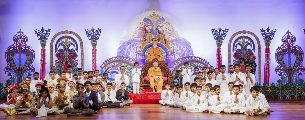 Children and karyakars with Param Pujya Mahant Swami Maharaj, 20 Mar 2017