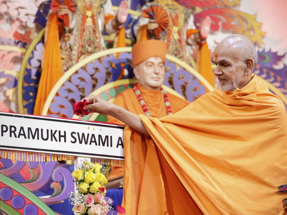 Param Pujya Mahant Swami performs pujan of the signboard for 'Pramukh Swami Avenue', 21 Mar 2017