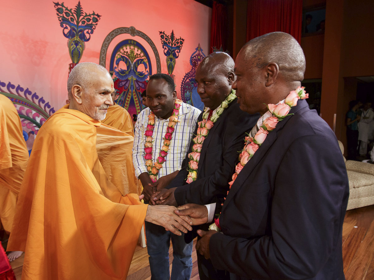 Param Pujya Mahant Swami Maharaj blesses Mr. Micah Tonui, Chairman of Tarakwa High School Board of Governors, 21 Mar 2017