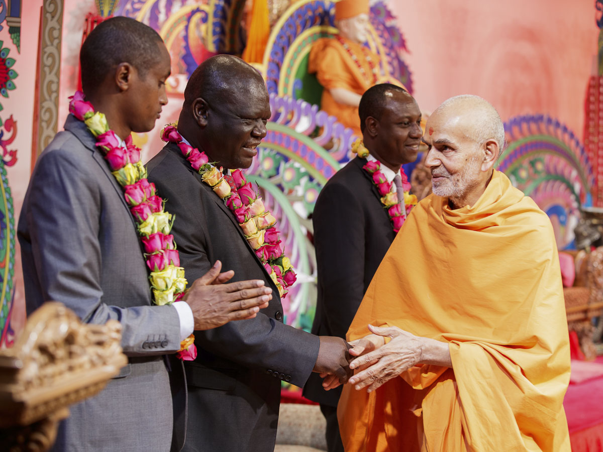 Param Pujya Mahant Swami Maharaj blesses Mr. Christopher Khaembe, Urban and Planning Minister, 21 Mar 2017