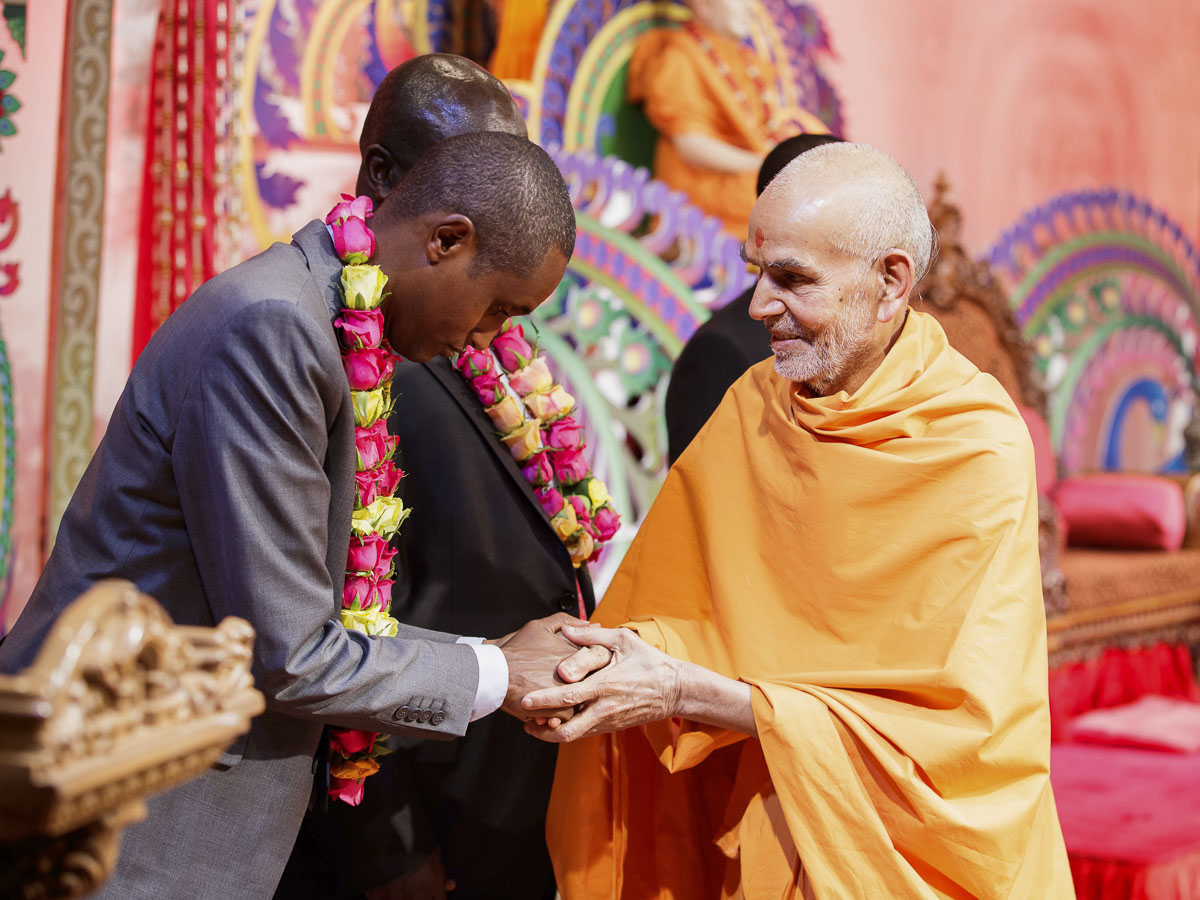 Param Pujya Mahant Swami Maharaj blesses Mr. Mohammad Abdullahi, Minister of Roads and Infrastructure, 21 Mar 2017
