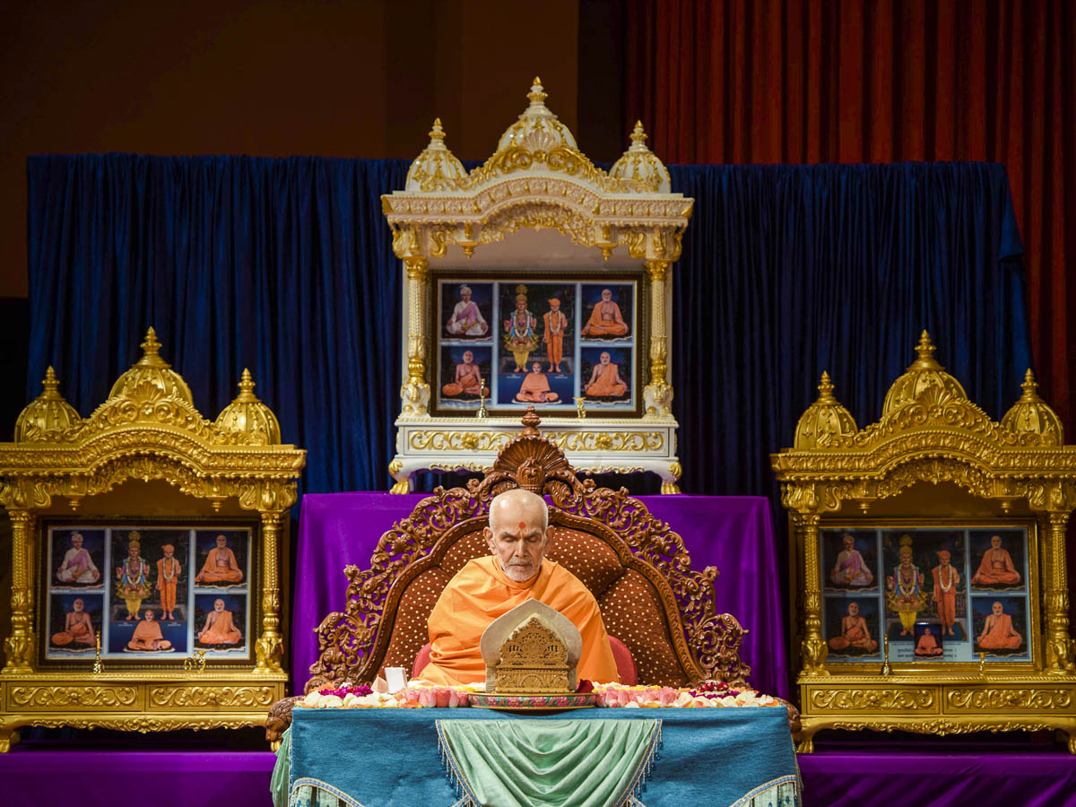 Param Pujya Mahant Swami Maharaj performs his morning puja, 23 Mar 2017
