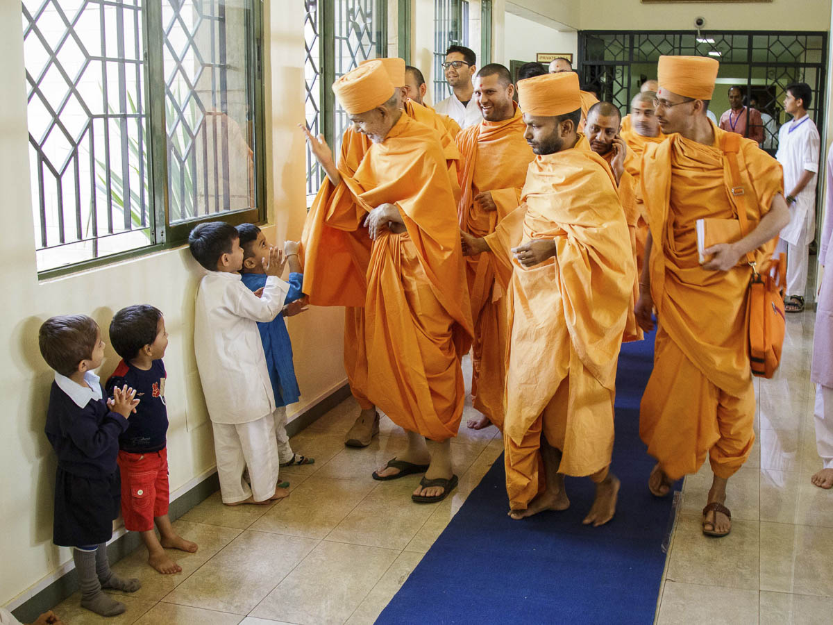 Param Pujya Mahant Swami Maharaj interacts with children, 23 Mar 2017