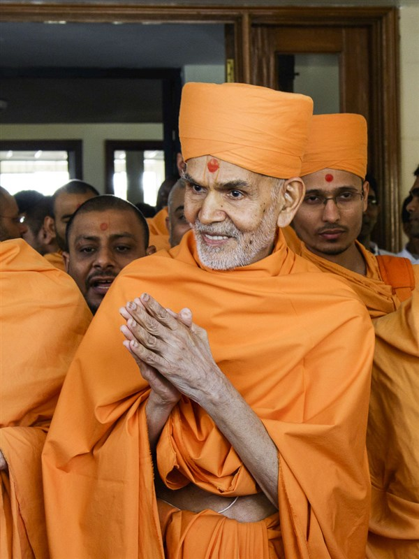 Param Pujya Mahant Swami Maharaj greets all with 'Jai Swaminarayan', 23 Mar 2017