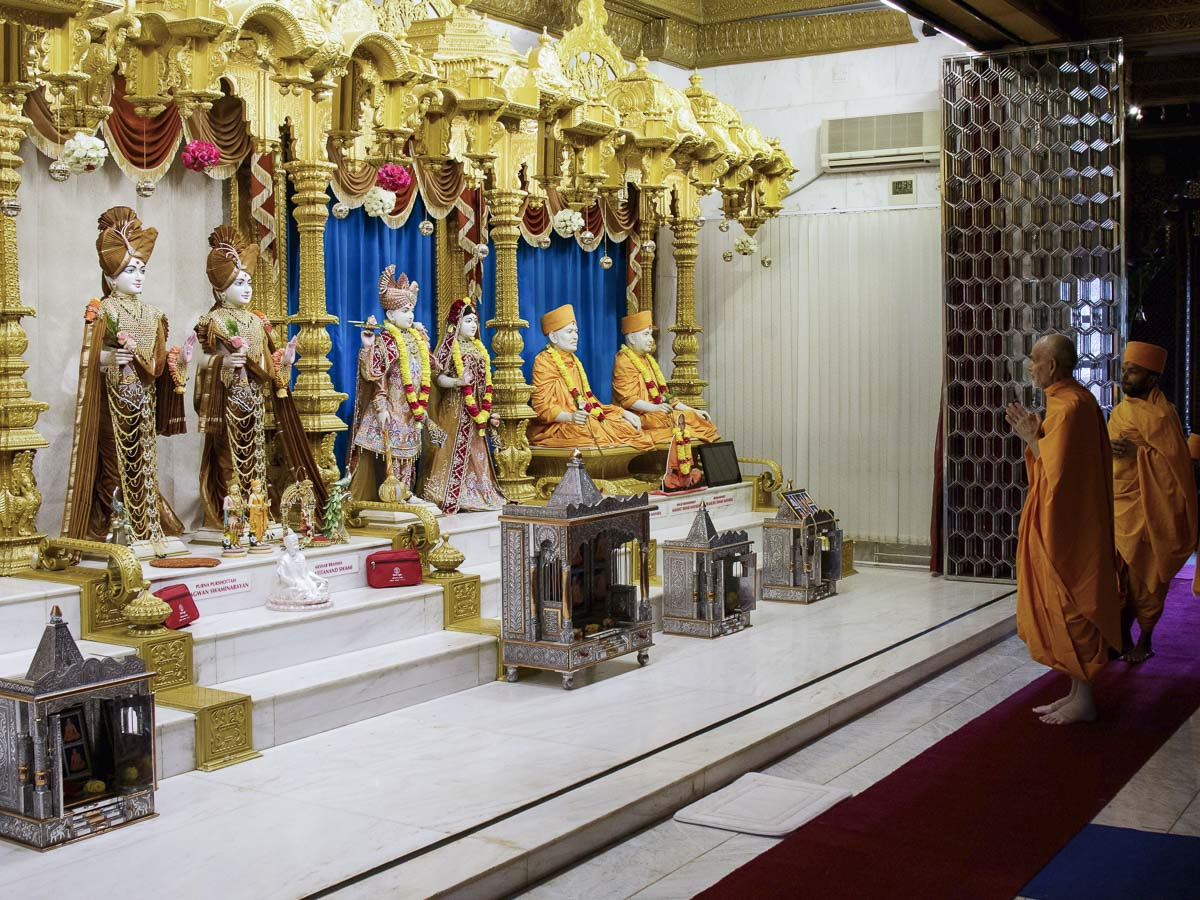 Param Pujya Mahant Swami Maharaj engrossed in darshan of Thakorji, 23 Mar 2017