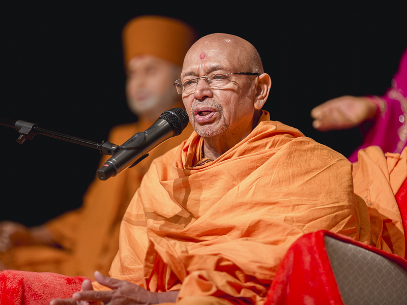 Pujya Tyagvallabh Swami delivers a discourse in the swagat assembly