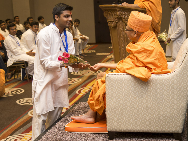 Pujya Tyagvallabh Swami blesses a youth