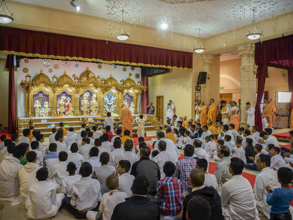 Param Pujya Mahant Swami Maharaj and children perform morning arti, 26 Mar 2017