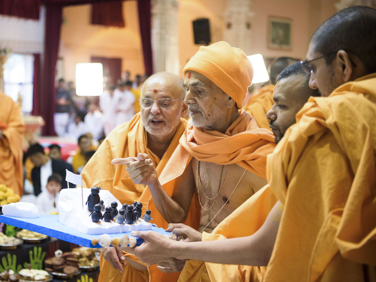 Param Pujya Mahant Swami Maharaj observes a decoration item, 26 Mar 2017