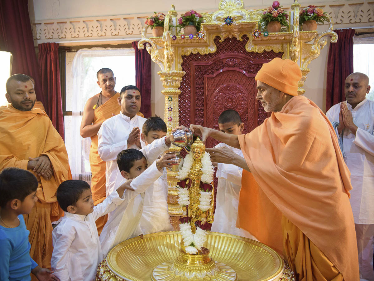 Param Pujya Mahant Swami Maharaj and children perform abhishek of Shri Nilkanth Varni, 26 Mar 2017