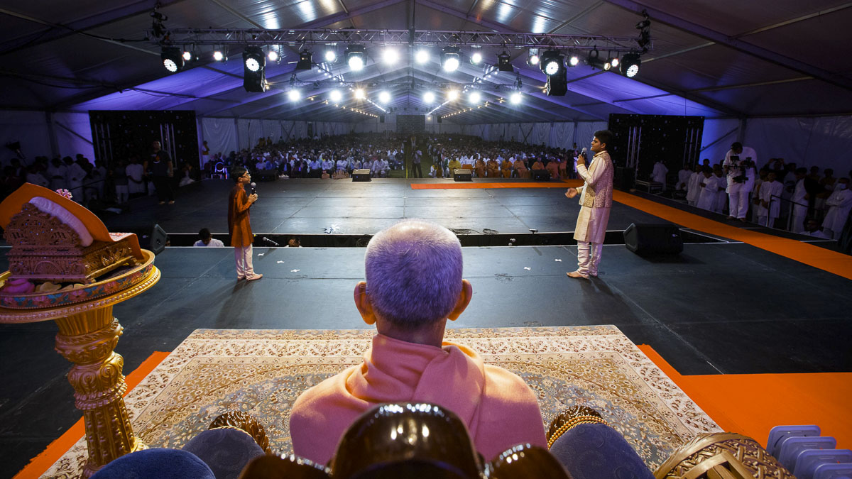 Param Pujya Mahant Swami Maharaj and devotees during the Bal Din assembly, 26 Mar 2017