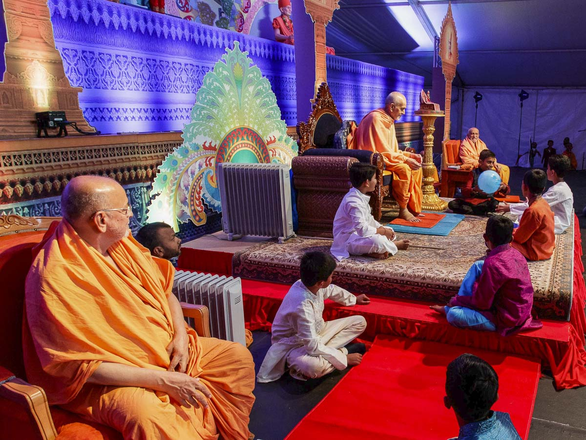 Param Pujya Mahant Swami Maharaj interacts with children, 26 Mar 2017