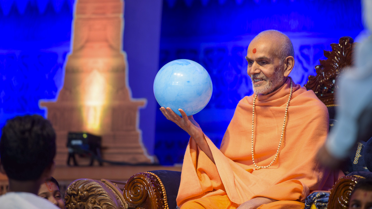 Param Pujya Mahant Swami Maharaj participates in an activity, 26 Mar 2017