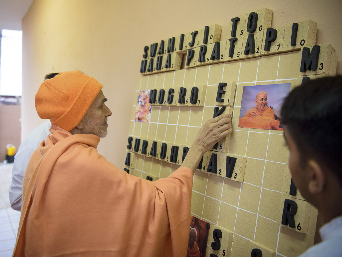Param Pujya Mahant Swami Maharaj participates in an activity, 27 Mar 2017