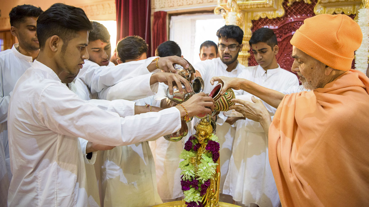Param Pujya Mahant Swami Maharaj and kishores perform abhishek of Shri Nilkanth Varni, 27 Mar 2017
