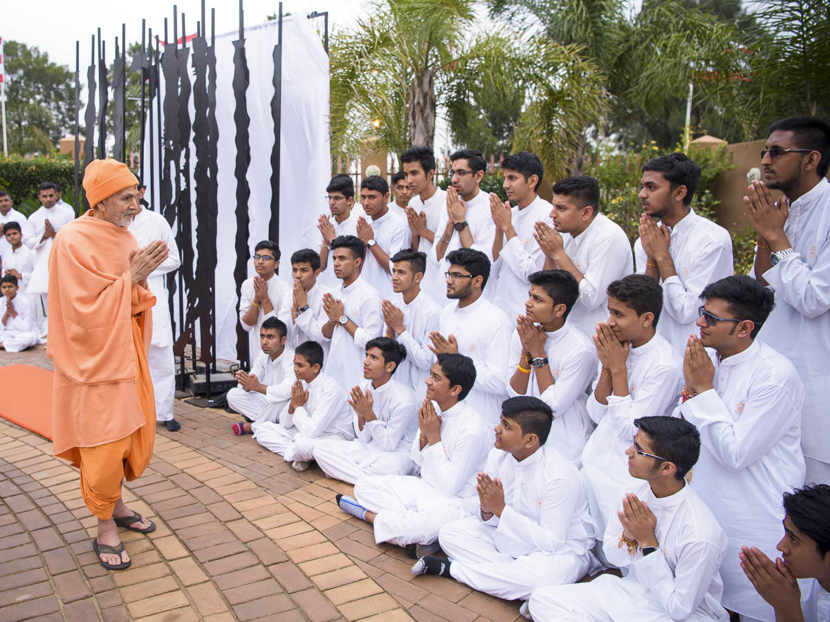 Kishores doing darshan of Param Pujya Mahant Swami Maharaj, 27 Mar 2017
