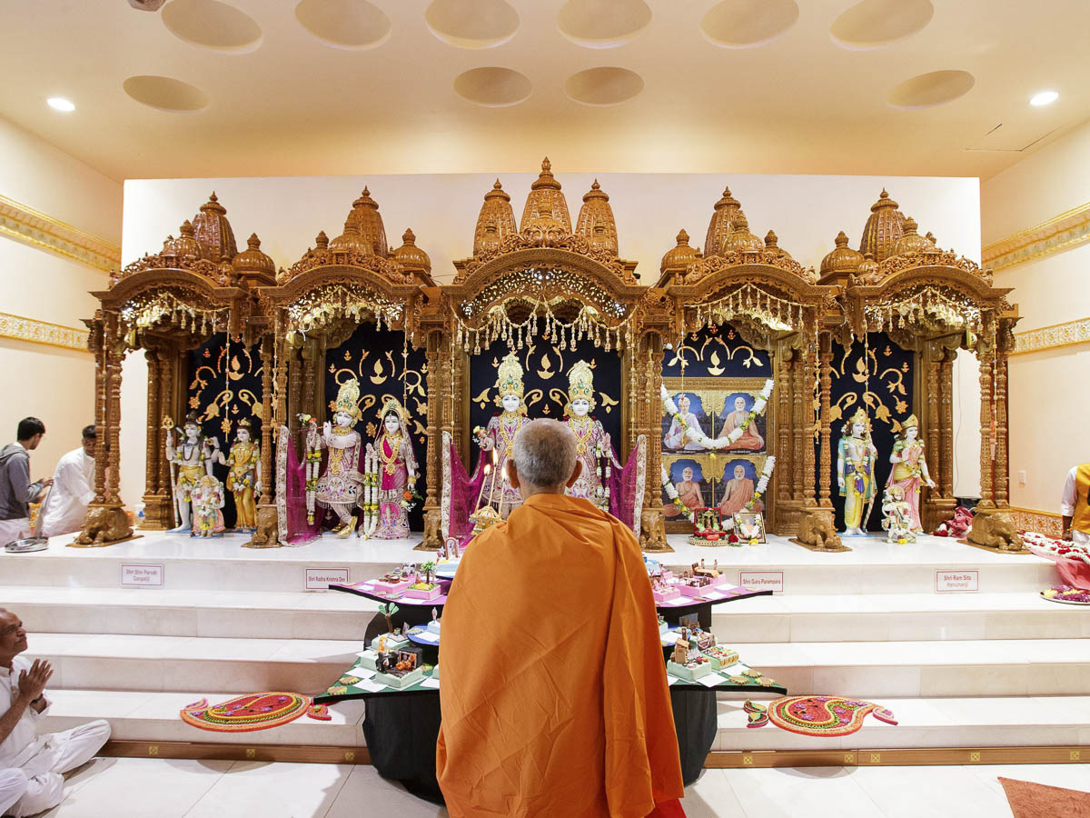 Param Pujya Mahant Swami Maharaj engrossed in darshan of Thakorji,  Mayfair, Johannesburg, 27 Mar 2017