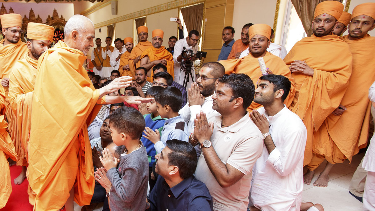 Swamishri blesses children, Mayfair, Johannesburg, 27 Mar 2017