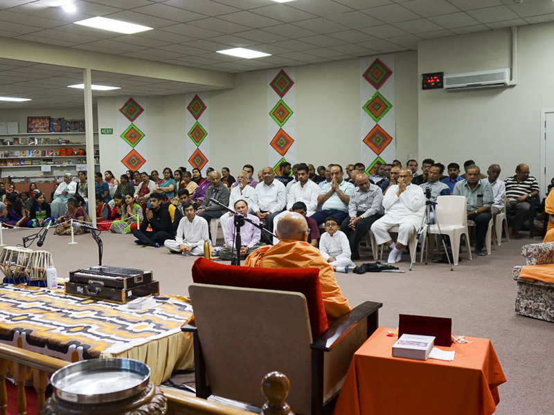 Pujya Tyagvallabh Swami delivers a discourse in the karyakar shibir