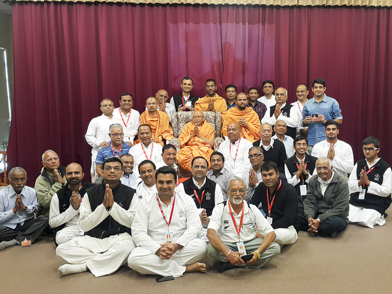 Devotees with Pujya Tyagvallabh Swami