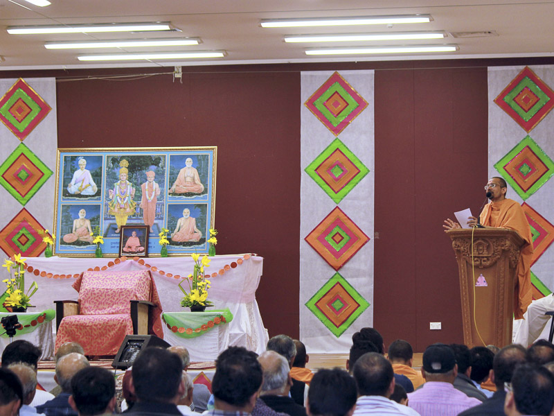 Priyaswarup Swami addresses the assembly