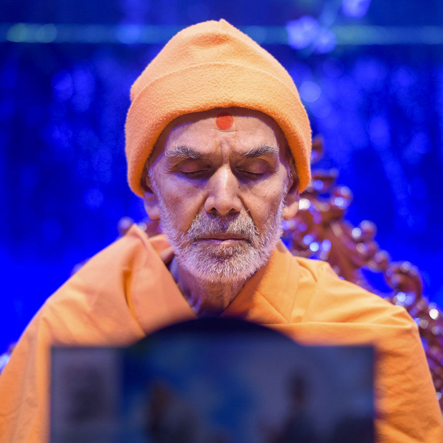 Param Pujya Mahant Swami Maharaj performs his morning puja, 28 Mar 2017