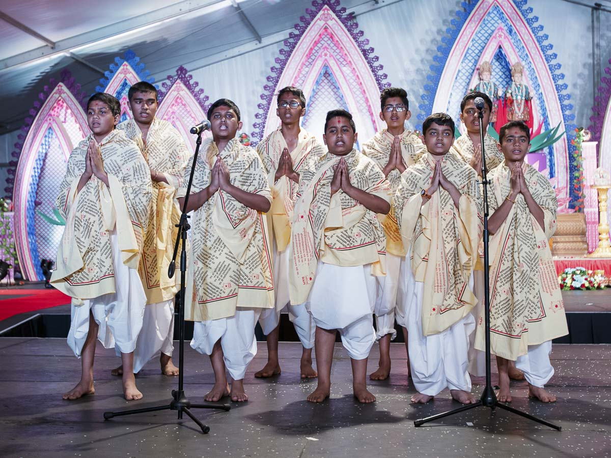 Youths sing shlokas in the assembly, 28 Mar 2017
