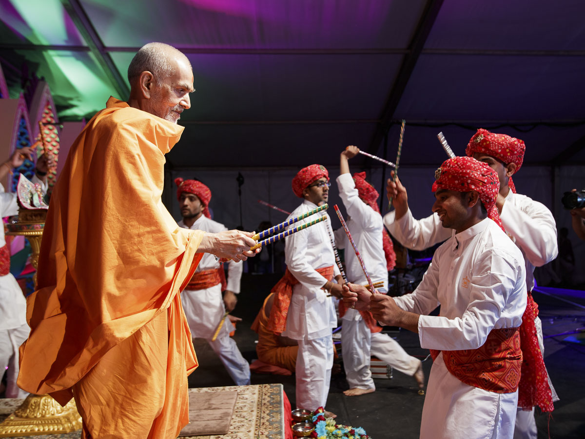 Youths play raas with Param Pujya Mahant Swami Maharaj, 28 Mar 2017