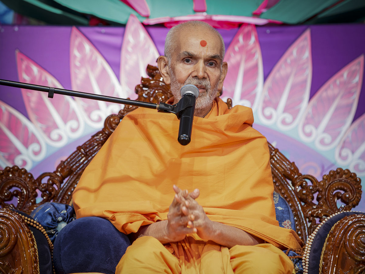 Param Pujya Mahant Swami Maharaj blesses the assembly, 28 Mar 2017