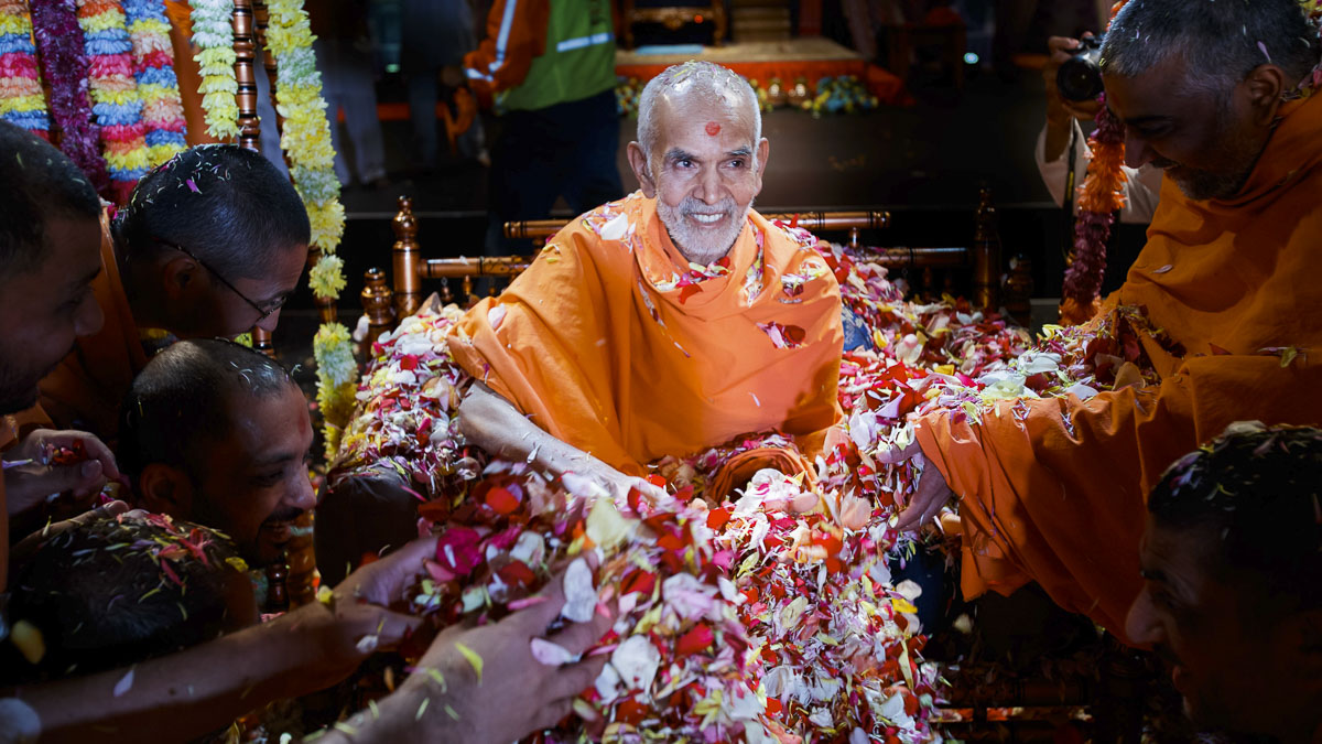 Sadhus showers flower petals on Swamishri, 28 Mar 2017