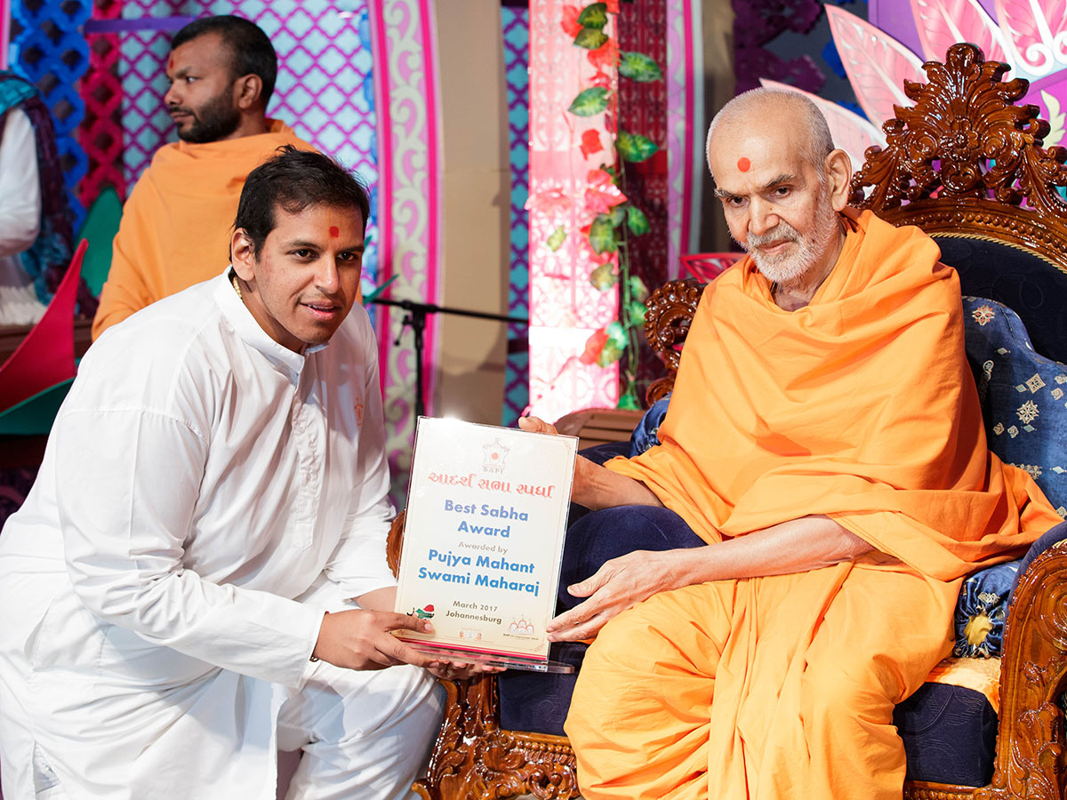 Param Pujya Mahant Swami Maharaj gives award to youths, 28 Mar 2017