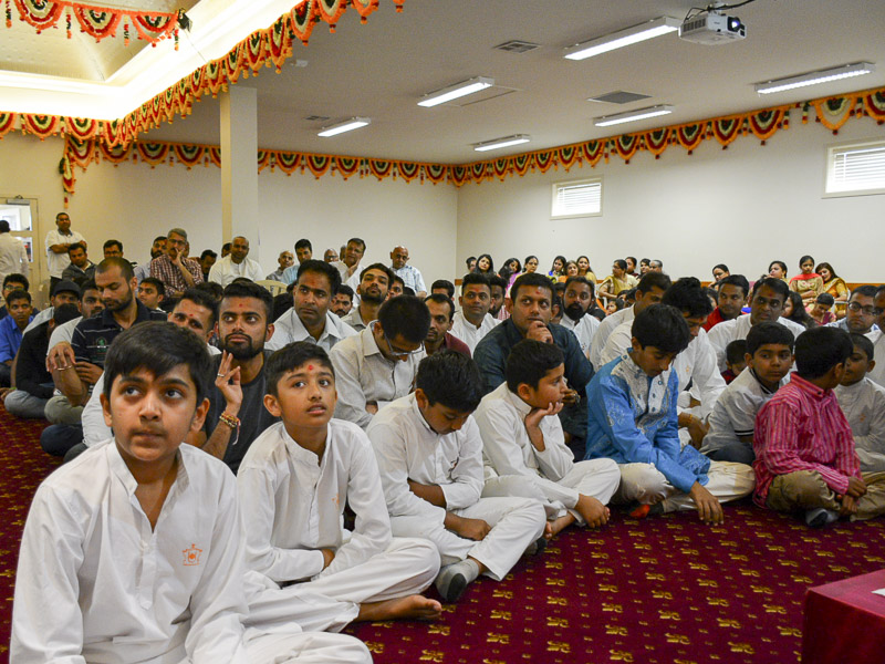 Children and devotees during the assembly