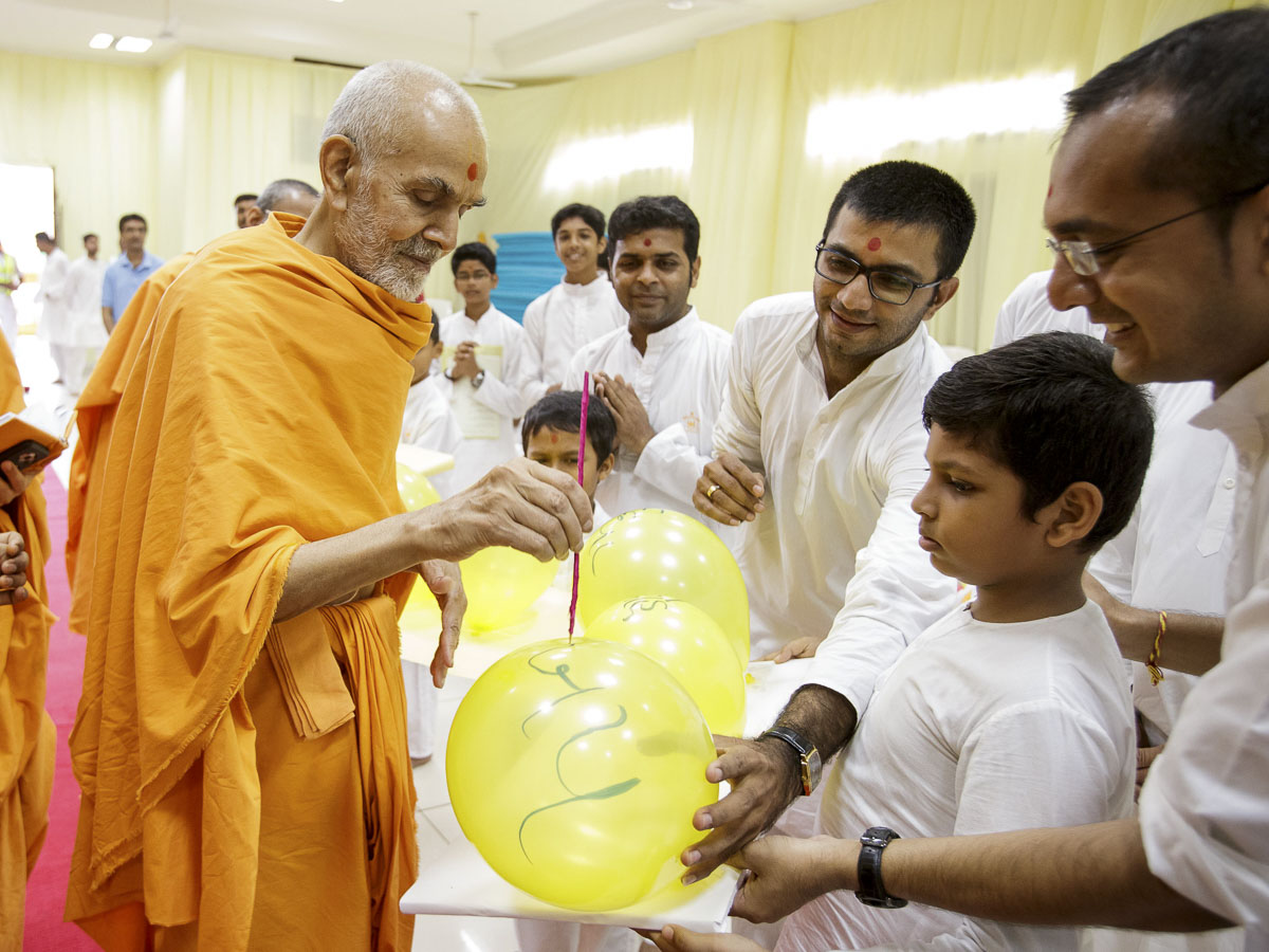 Param Pujya Mahant Swami Maharaj participates in an activity, 1 Apr 2017